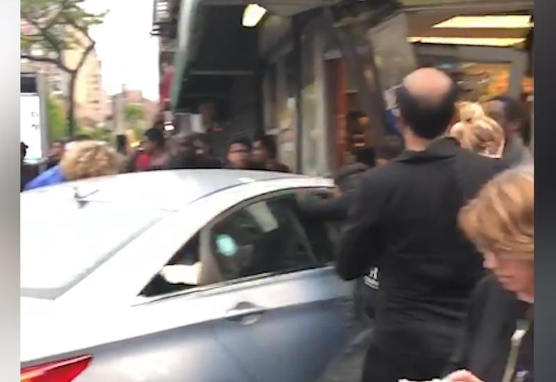 Автомобиль сбил пешеходов в Нью-Йорке и протаранил витрину магазина