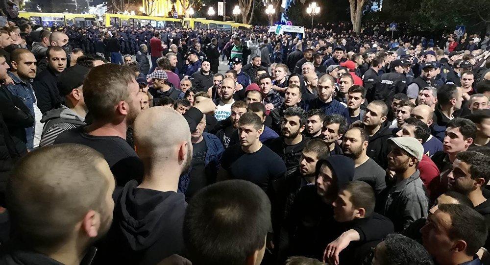 ВТбилиси продолжаются протесты против произвола милиции