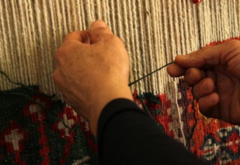 В Азербайджане туристов обучают тонкостям гончарного дела и ковроткачества