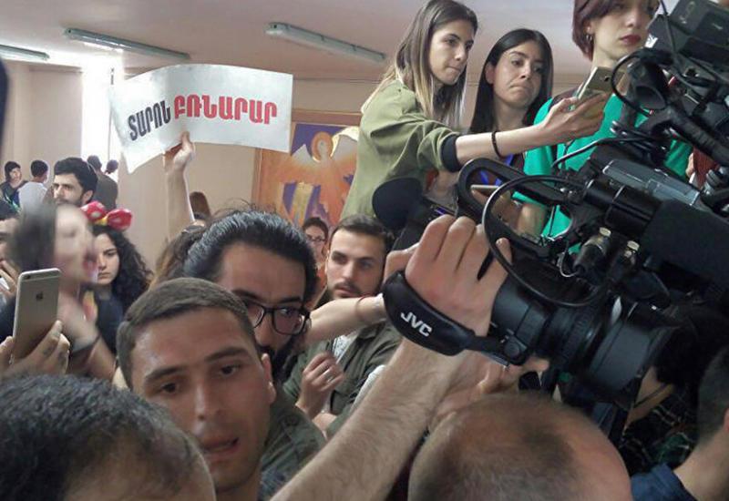 В Ереване протестующие ворвались в мэрию