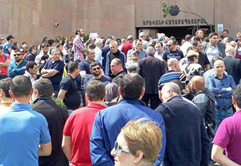 Сторонники и противники мэра столкнулись в Ереване