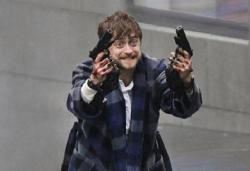 """Гарри Поттер уже не тот: Дэниел Рэдклифф в халате и с пистолетами взорвал Сеть <span class=""""color_red"""">- ФОТО</span>"""