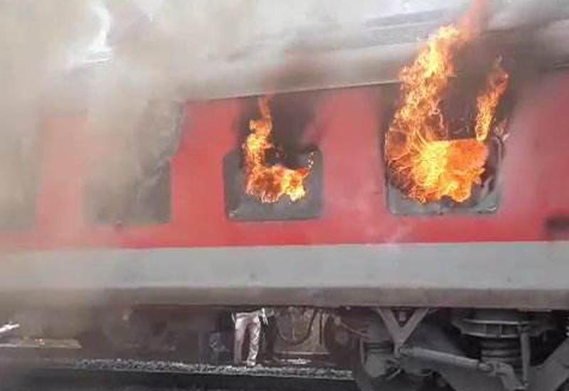 """В Индии загорелся пассажирский поезд <span class=""""color_red"""">- ВИДЕО</span>"""