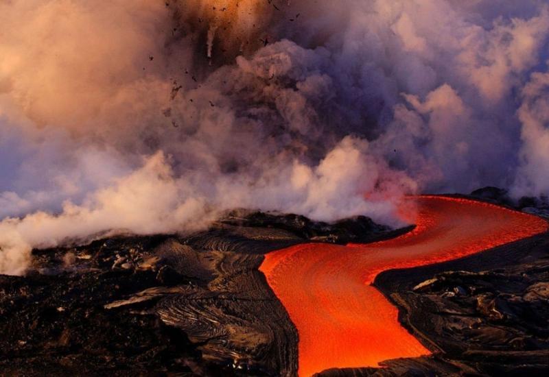 """Лава из извергающегося на Гавайях вулкана достигла Тихого океана <span class=""""color_red"""">- ОБНОВЛЕНО - ВИДЕО</span>"""