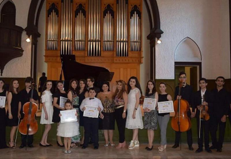 """Участники проекта Филармонии «Gənclərə dəstək» награждены дипломами <span class=""""color_red"""">- ФОТО</span>"""