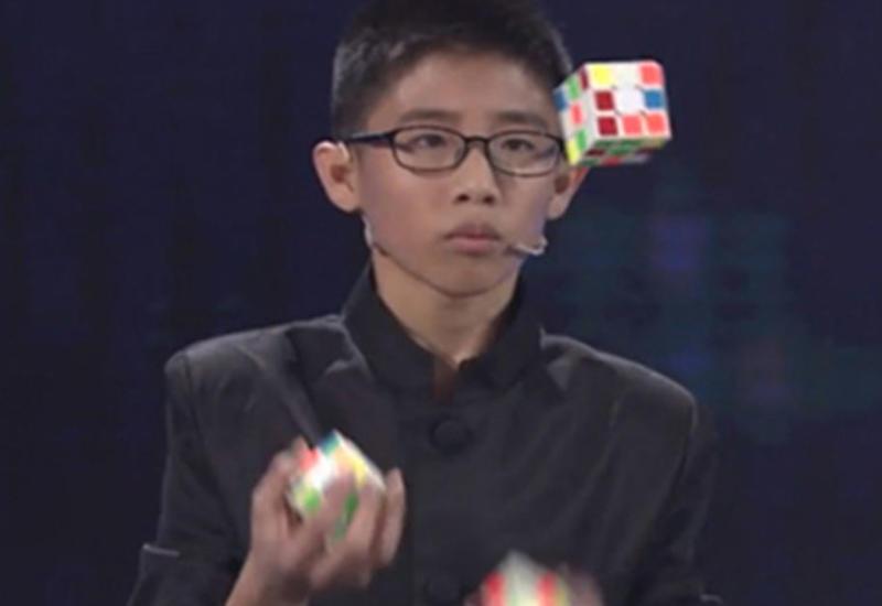 "Мальчик, жонглирующий кубиками Рубика, стал мировым рекордсменом <span class=""color_red"">- ВИДЕО</span>"