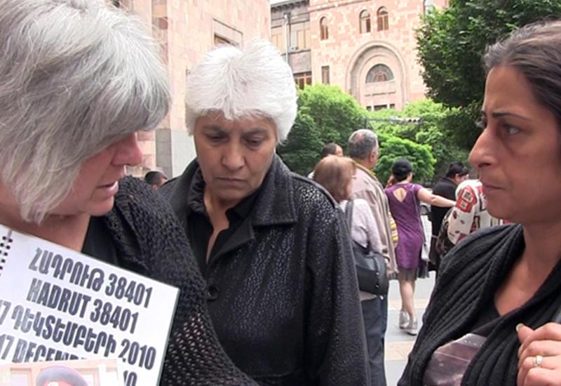 Родители армянских солдат митингуют у резиденции Пашиняна