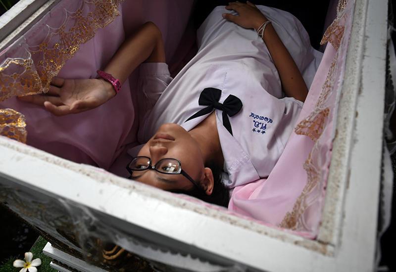 В Таиланде посетителей кафе приглашают лечь в гроб