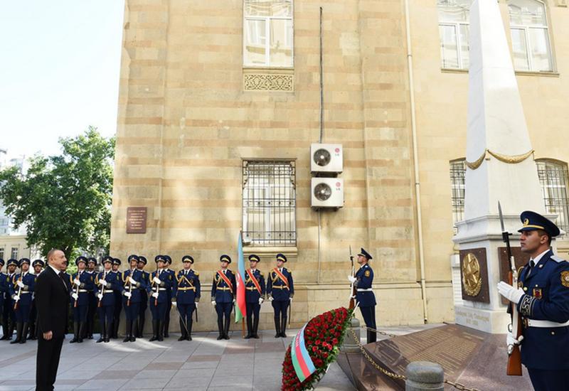 """Президент Ильхам Алиев посетил памятник, воздвигнутый в честь Азербайджанской Демократической Республики <span class=""""color_red"""">- ФОТО</span>"""