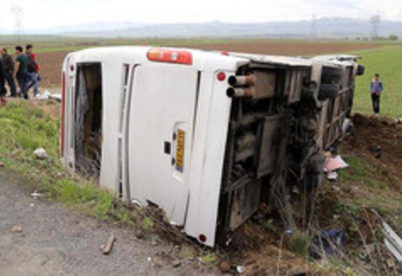 В Гобустане перевернулся пассажирский автобус