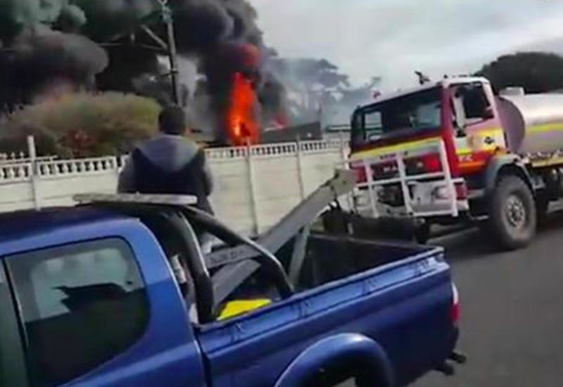 В Кейптауне на ходу подожгли поезд, есть погибшие