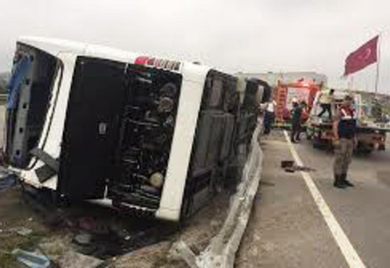 Ураган перевернул автобус в Турции, есть раненые