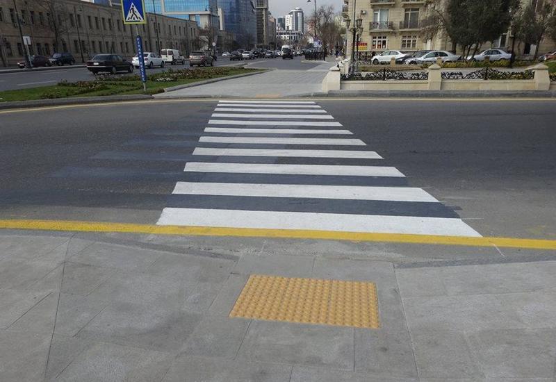 На центральных улицах Баку завершается установка пандусов