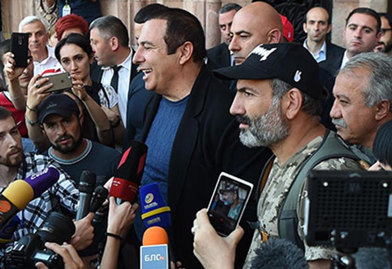 Армянские СМИ: Пашинян опустился до шантажа