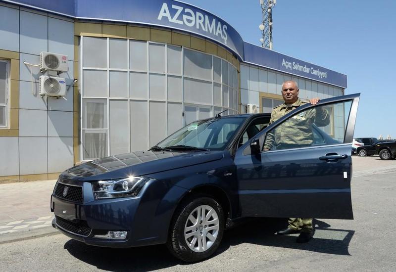 Aprel döyüşlərində əlil olmuş hərbçiyə avtomobil hədiyyə edilib - FOTOLAR