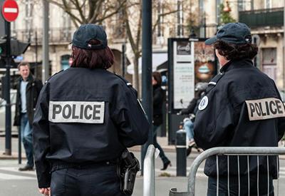 Во Франции женщина с ножом напала на людей
