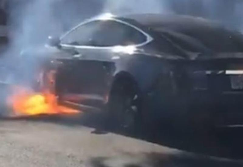 """В США электромобиль Tesla загорелся во время движения <span class=""""color_red"""">- ВИДЕО</span>"""