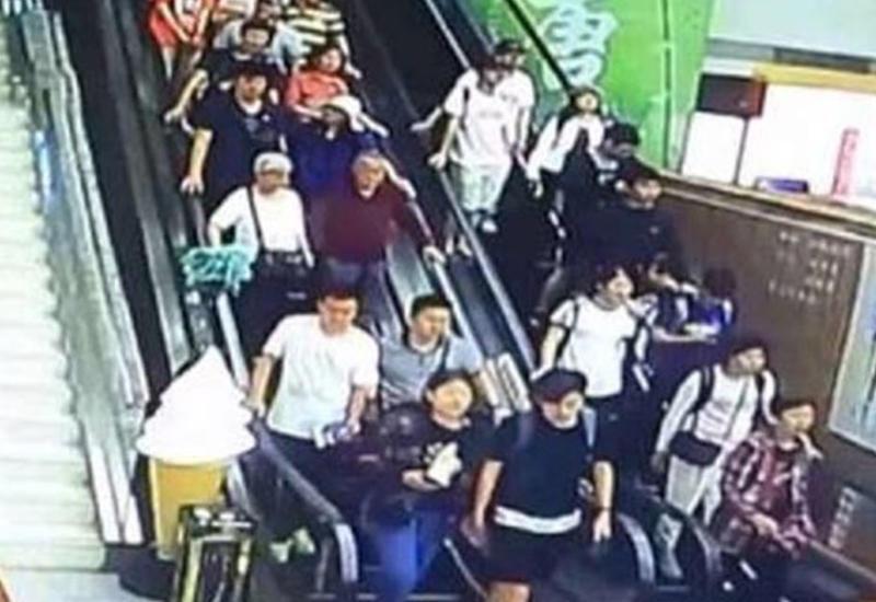 """Ужасающие кадры обрушения потолка на туристов в торговом центре в Китае <span class=""""color_red"""">- ВИДЕО</span>"""