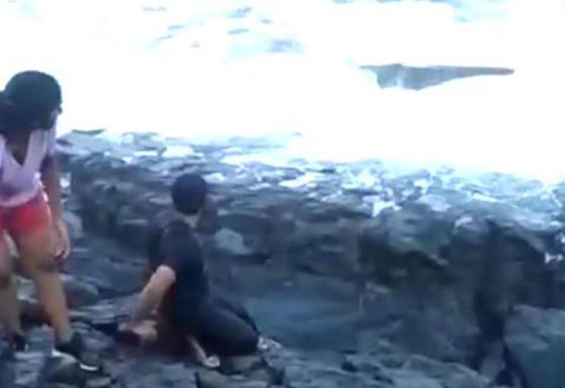 """Туристы сняли, как их друг погиб, делая селфи на популярном пляже <span class=""""color_red"""">- ВИДЕО</span>"""