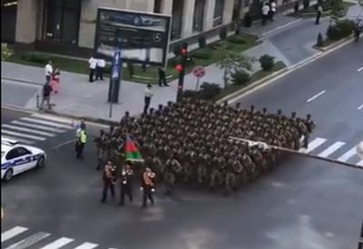 """Военнослужащие промаршировали в центре Баку <span class=""""color_red"""">- ВИДЕО</span>"""