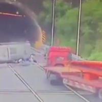 """Автобус перевернулся на скоростной трассе, пассажиров разбросало по дороге <span class=""""color_red"""">- ВИДЕО</span>"""