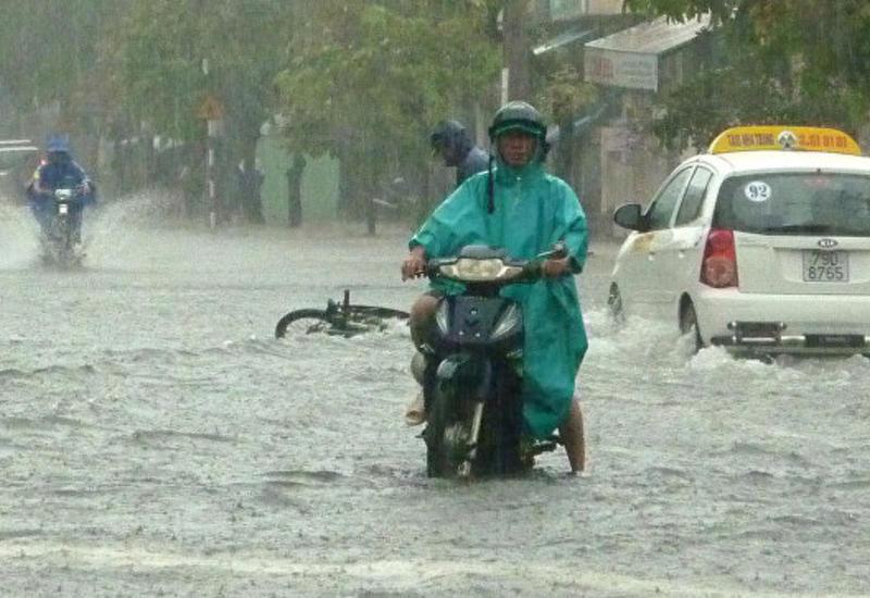 Наводнения и оползни во Вьетнаме унесли жизни около 20 человек