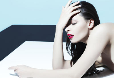 Как стресс в действительности влияет на кожу?