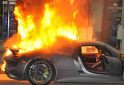 Тяжелое ДТП в Баку: Porsche сгорел после удара об ограждение