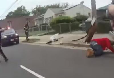 """Преступник с ножом напал на полицейского в США и был застрелен <span class=""""color_red"""">- ВИДЕО</span>"""