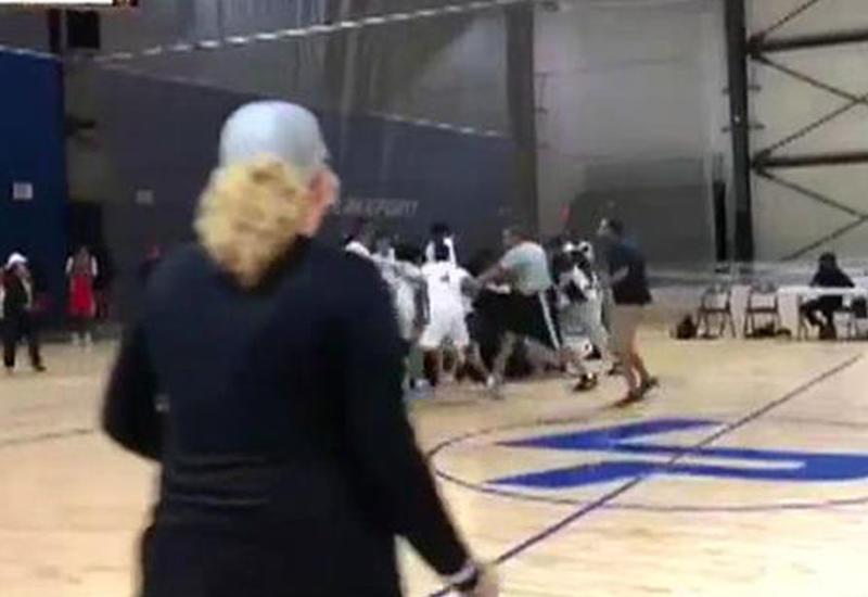 Массовая драка между судьей и баскетболистами попала на камеры