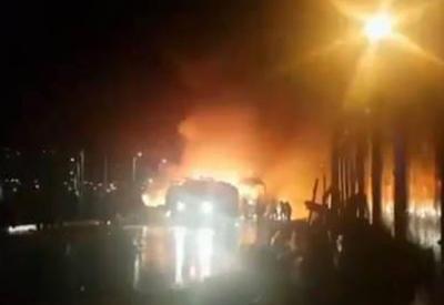 """В Иране маршрутка врезалась в нефтяную цистерну, 27 человек погибли <span class=""""color_red"""">- ВИДЕО</span>"""