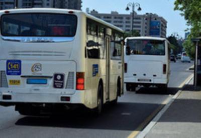 В Баку автомобиль посольства столкнулся с автобусом