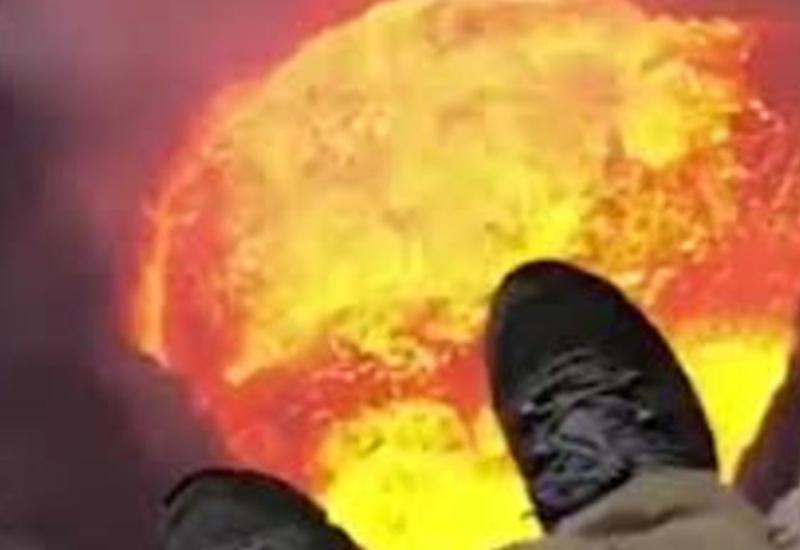 """Пилот вертолета завис над вулканом и заглянул в самое жерло <span class=""""color_red"""">- ВИДЕО</span>"""