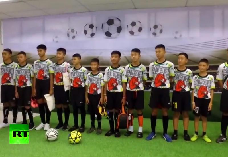 """В Таиланде вызволенные из пещеры дети сыграли в футбол со своими спасителями <span class=""""color_red"""">- ВИДЕО</span>"""