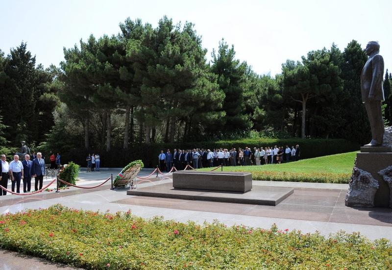 """Представители азербайджанской печати посетили в Аллее почетного захоронения могилу Общенационального лидера Гейдара Алиева <span class=""""color_red"""">- ФОТО</span>"""
