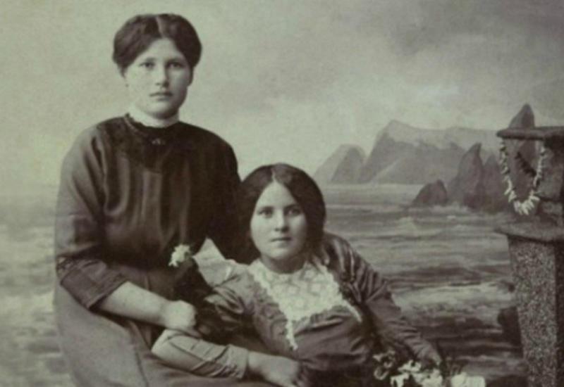 Зачем настарых фото люди кладут руку наплечо