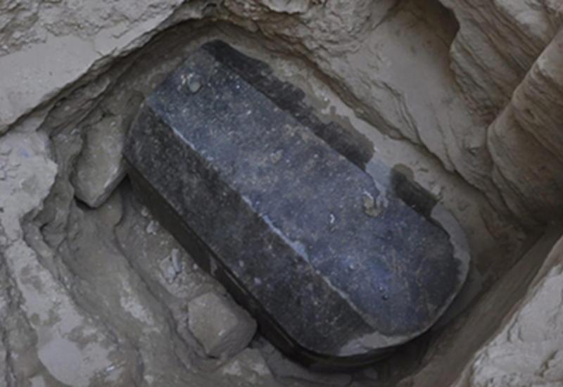 Объявились желающие выпить жидкость из загадочного черного саркофага