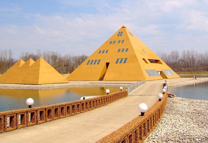 В США сгорел знаменитый позолоченный отель-пирамида