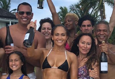 Фото дня - Джей Ло отметила 49-летие в микро-бикини на Багамах