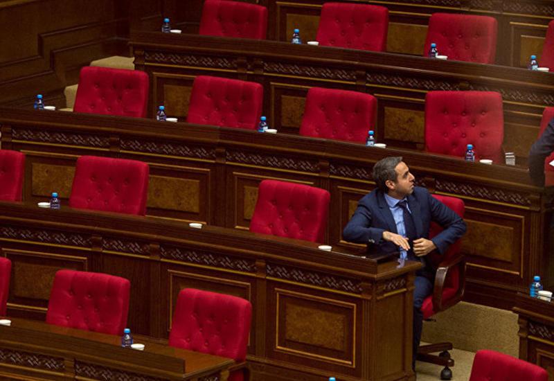Распущенные армянские депутаты не хотят работать