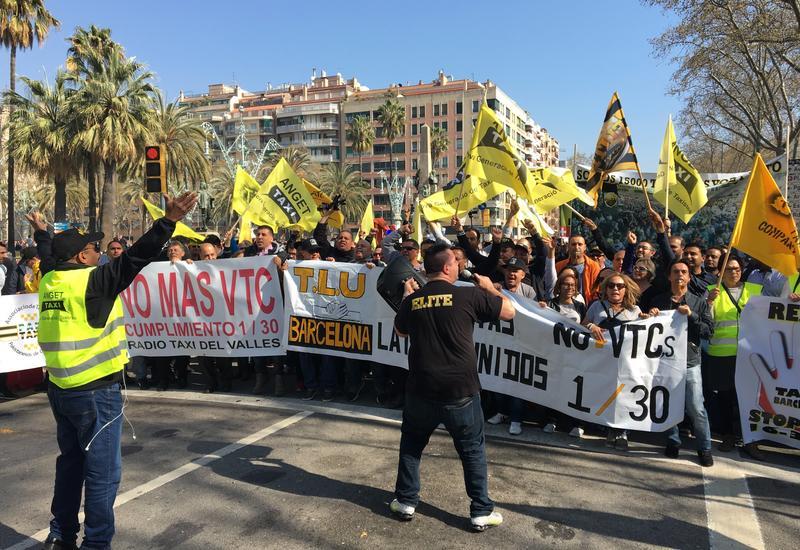 Таксисты проводят бессрочную забастовку в Барселоне против Uber и Cabify