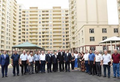 """Президент Ильхам Алиев и его супруга Мехрибан Алиева приняли участие в церемонии передачи квартир и автомобилей инвалидам войн и семьям шехидов <span class=""""color_red"""">- ФОТО</span>"""