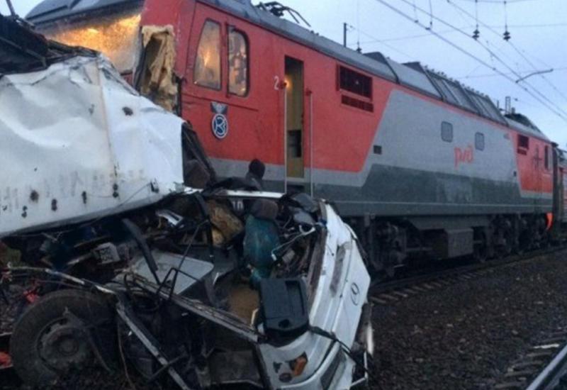 Поезд смял легковушку на переезде в Дагестане, есть погибшие