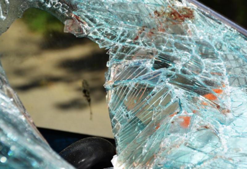 В Москве машину разорвало при ударе о дерево, двое погибли