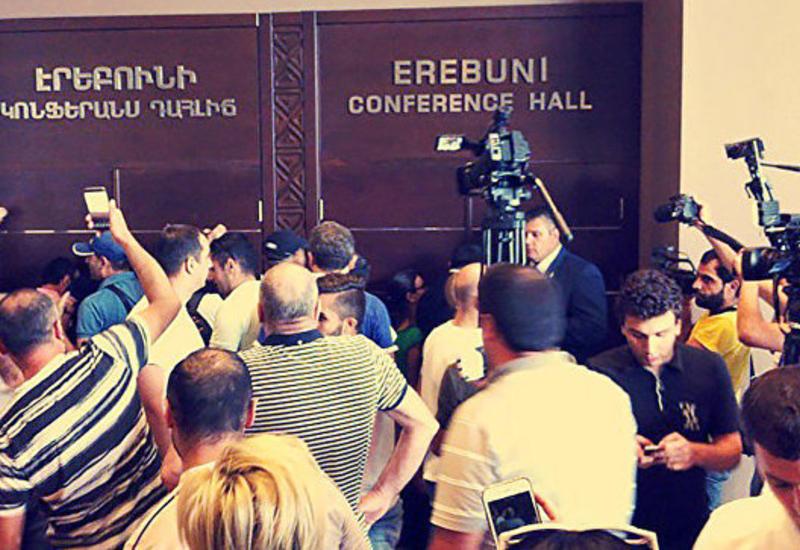 """В Армении проходят протесты против освобождения Кочаряна <span class=""""color_red"""">- ВИДЕО</span>"""