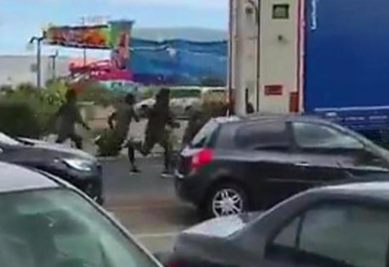"""Мигранты на глазах полицейских запрыгнули в грузовик, чтобы уехать в Великобританию <span class=""""color_red"""">- ВИДЕО</span>"""