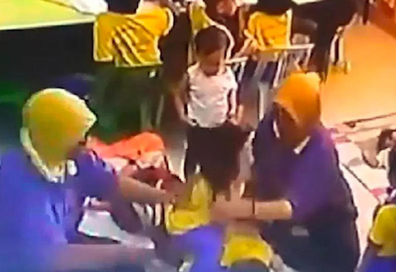 В Малайзии воспитатели побили детей и попали на камеры
