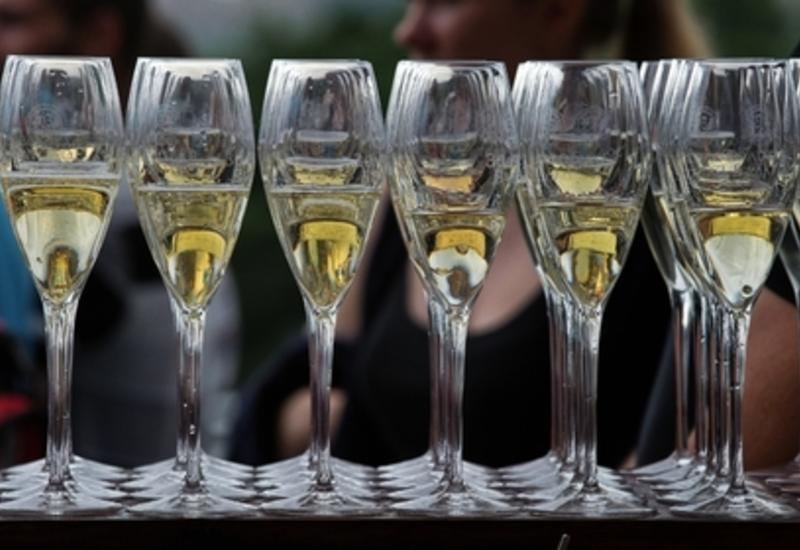Придуман способ наполнить бокалы шампанским на полном ходу автомобиля