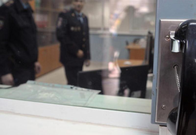"""Мужчина сбежал от полиции во время допроса, выпрыгнув в окно <span class=""""color_red"""">- ВИДЕО</span>"""