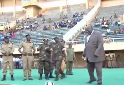 """Премьер Уганды решил попинать мяч, но что-то пошло не так <span class=""""color_red"""">- ВИДЕО</span>"""